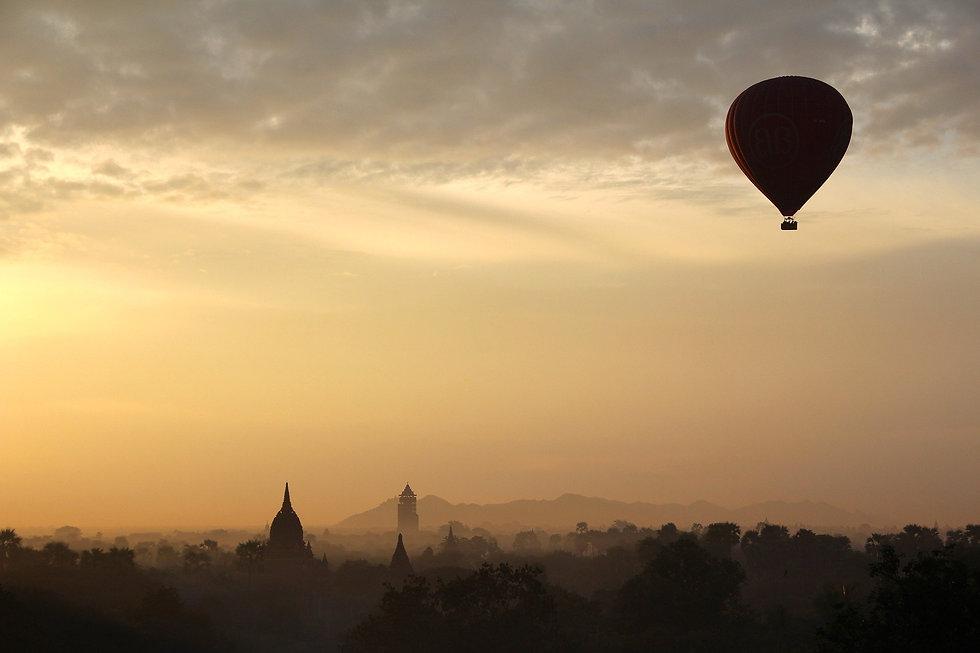 hot-air-balloon-ride-1029303_1920.jpg
