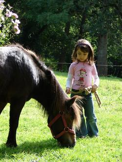 Enfant après une balade à poney