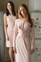 šaty v pudrových tónech