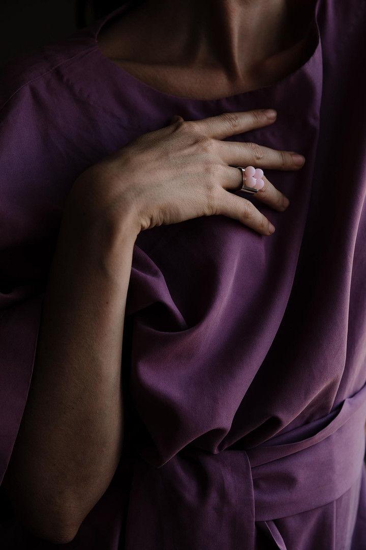 ADÉLA PEČLOVÁ   Hranatý prsten se skleněnými kuličkami