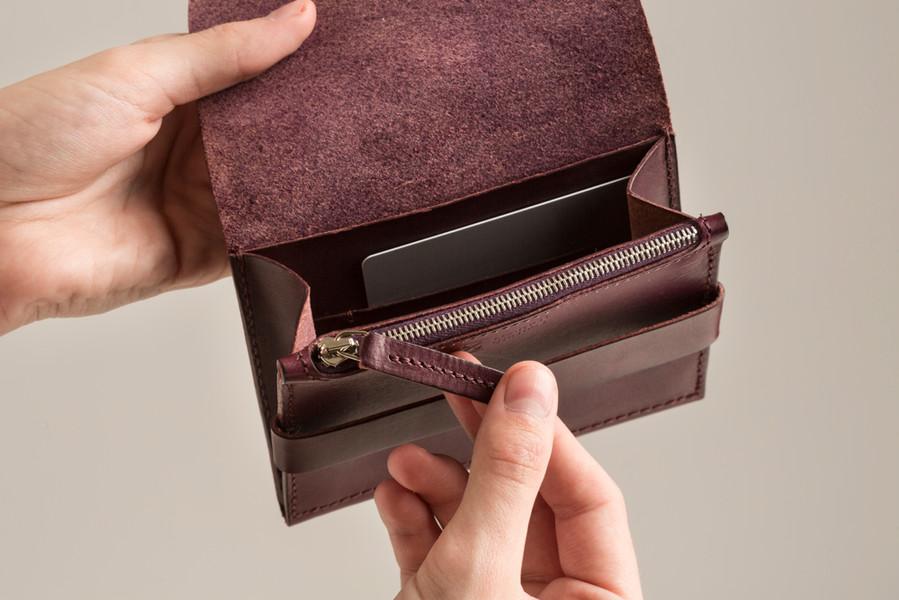 L/U | 2 peněženka v ruce