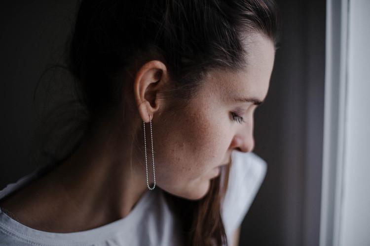 ADÉLA PEČLOVÁ | Dlouhé náušnice z kuličkového řetízku