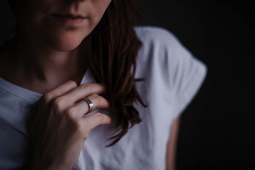 Adéla Pečlová – Hranatý prsten S