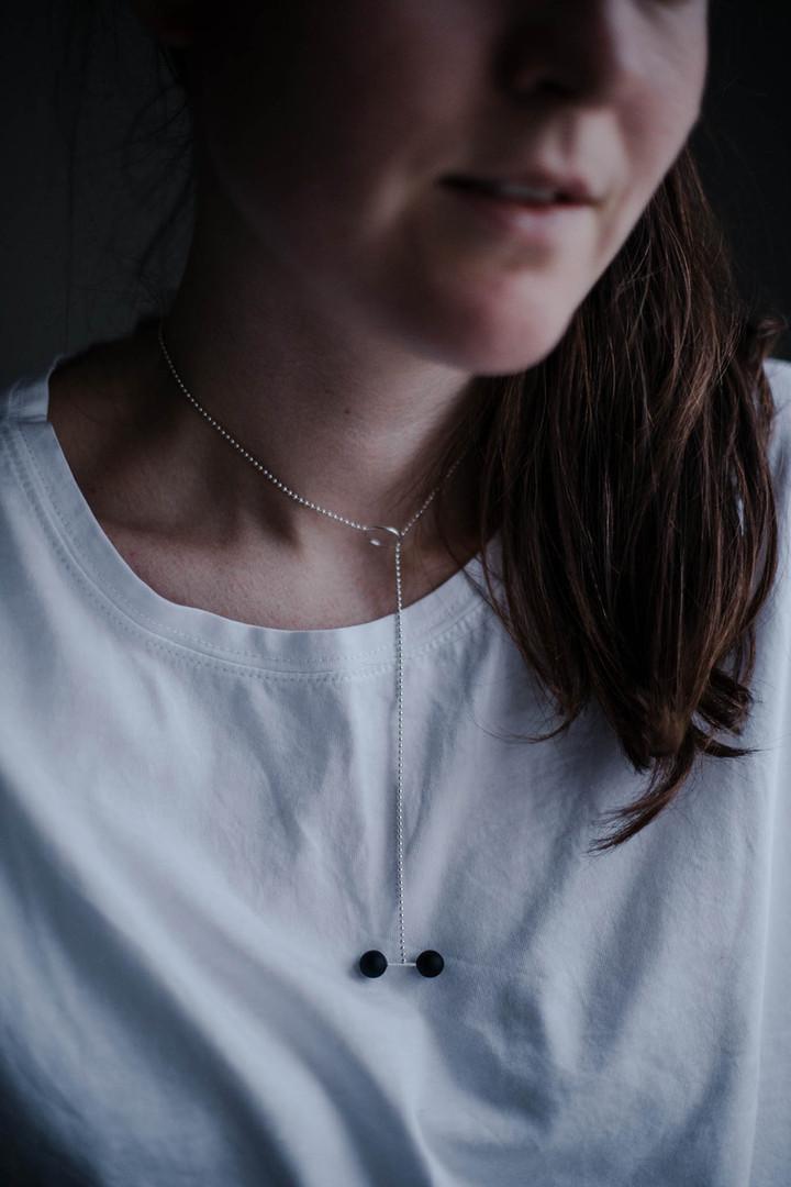 ADÉLA PEČLOVÁ   Řetízkový náhrdelník se skleněnými kuličkami