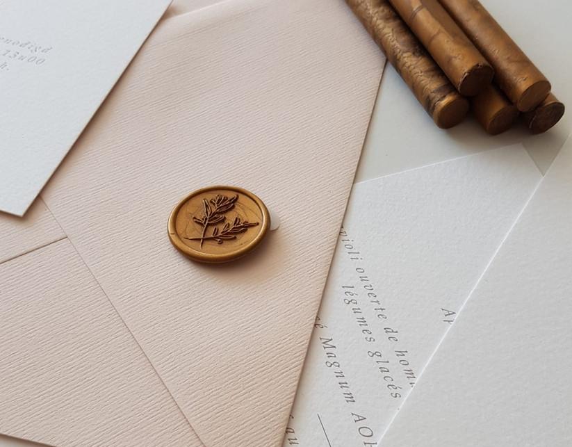 gekalligrafeerde enveloppe en lakzegel