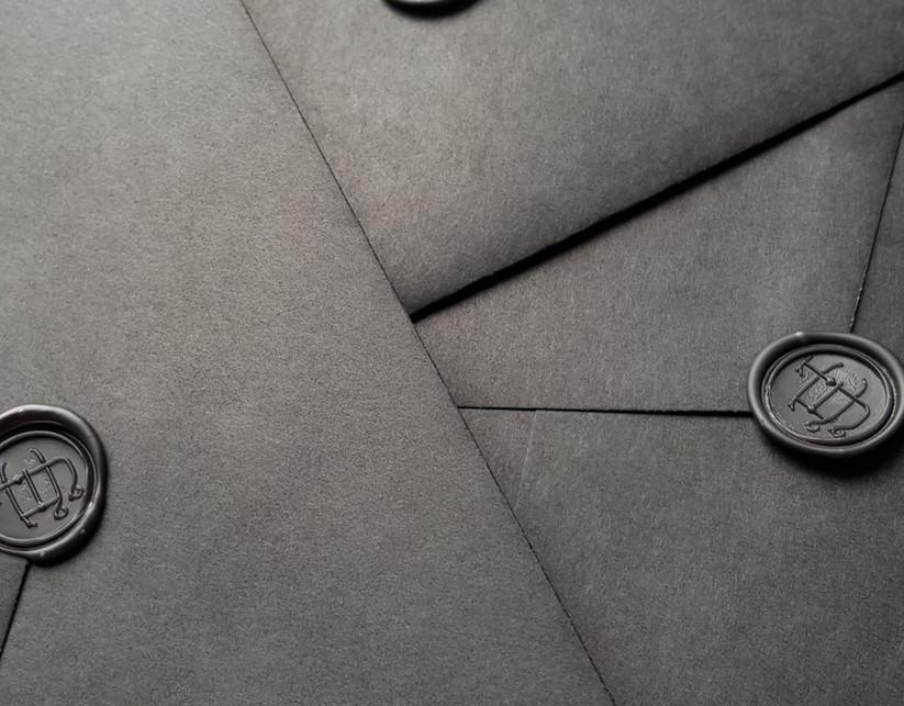 zwarte enveloppen met zwarte lakzegels