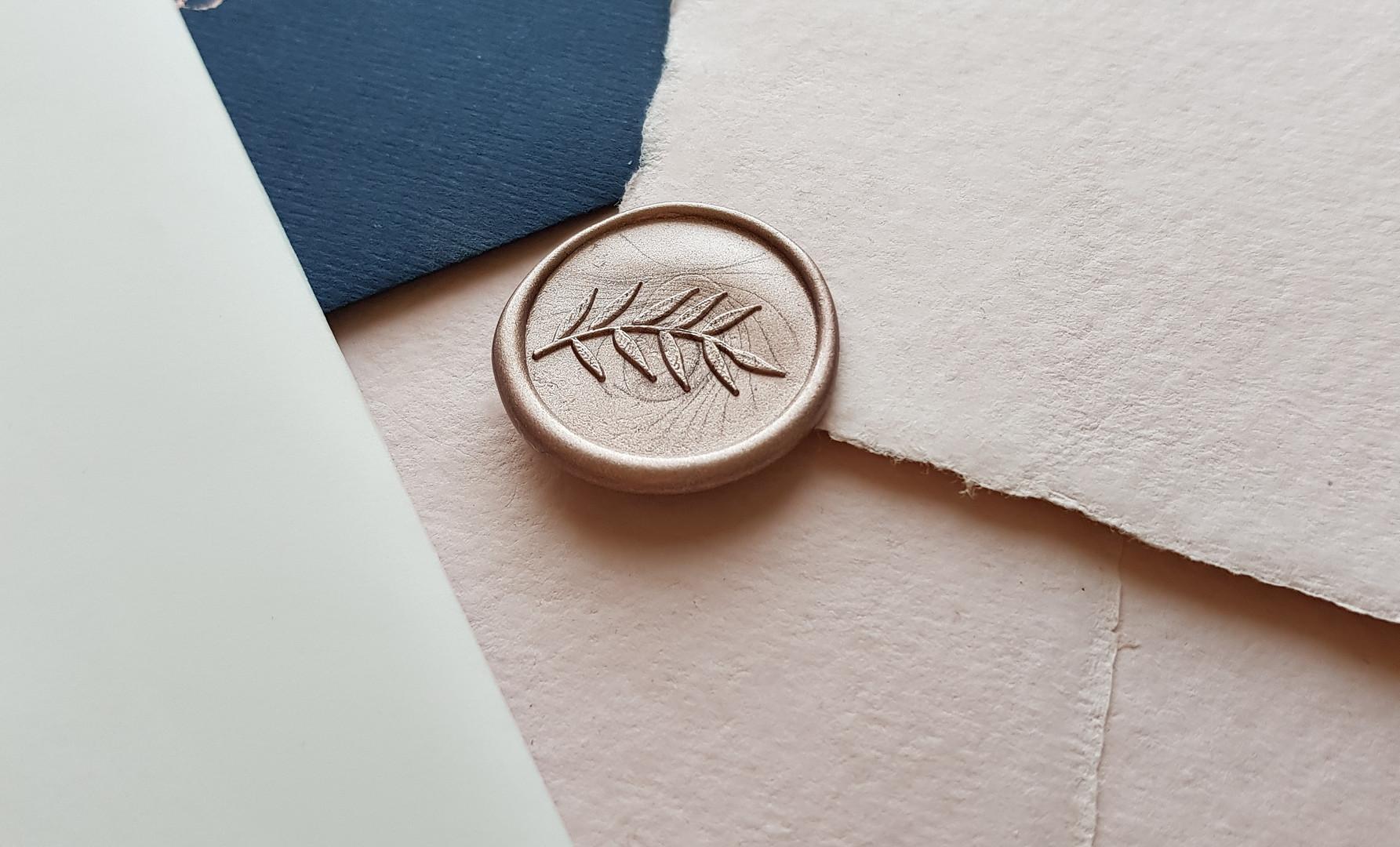 handgeschepte enveloppe en lakzegel in roségoud
