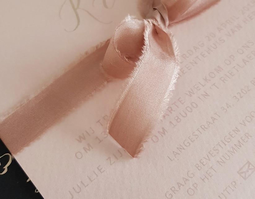 uitnodiging met handgeverfd zijde lint