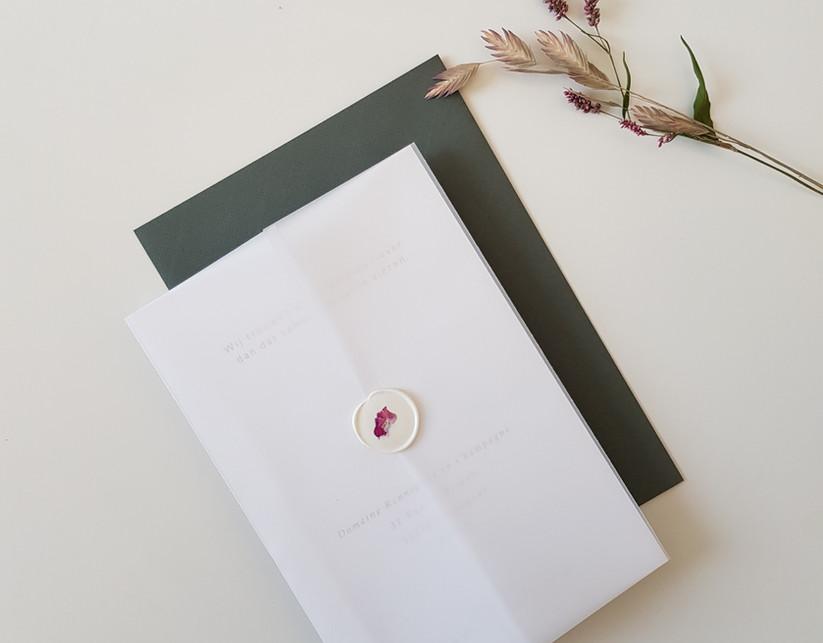 trouwuitnodiging met kalkpapier