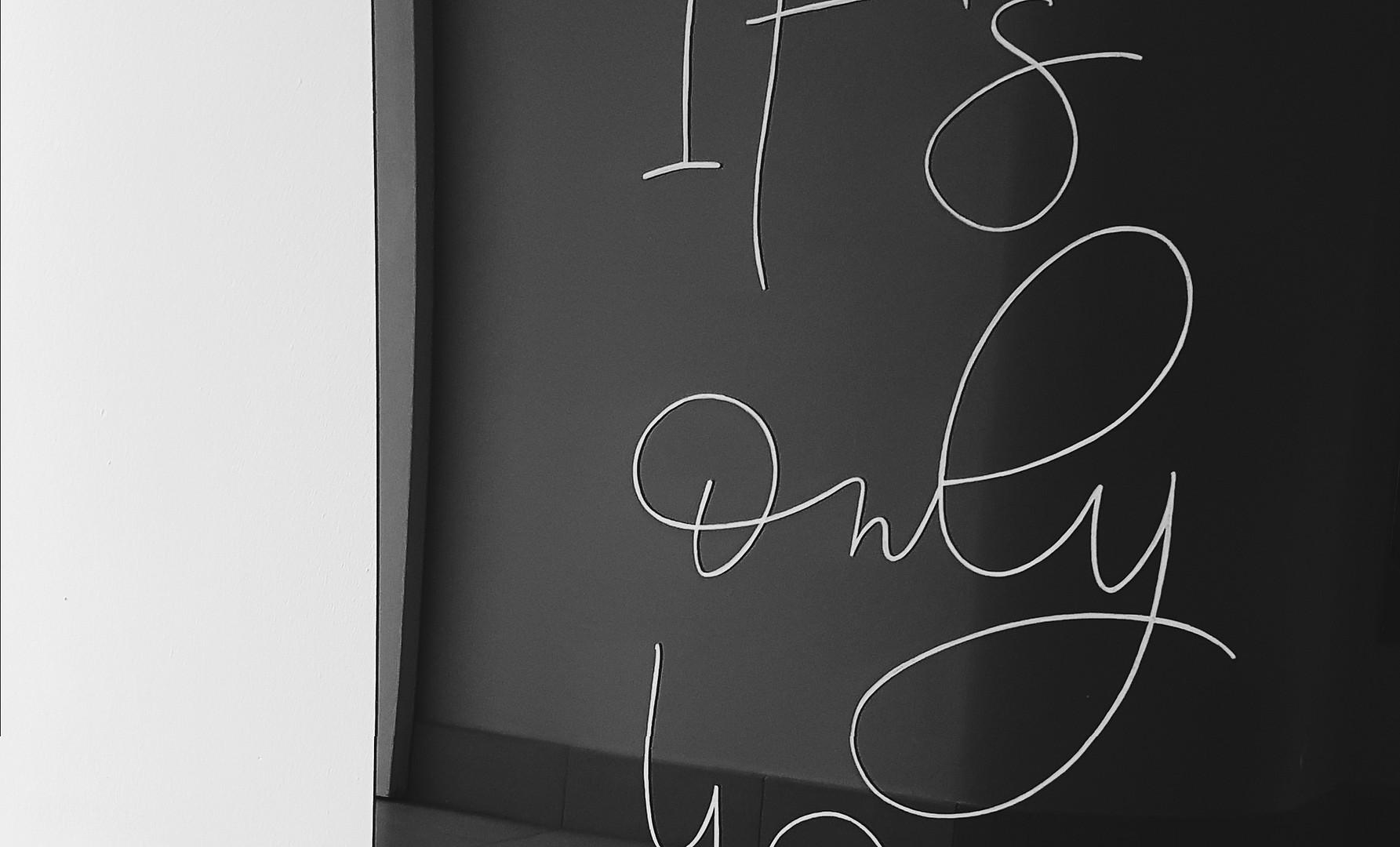 welkomstbord op zwart plexiglas