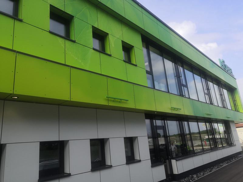 Individuell bedruckte HPL-Fassade, Höbel Umwelt