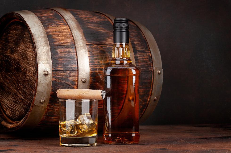 scotch-whiskey-bottle-glass-cigar-and-old-barrel-8NF55U4.jpg
