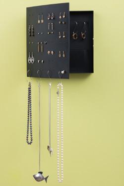 Smyckena hänger snyggt, som på en ta
