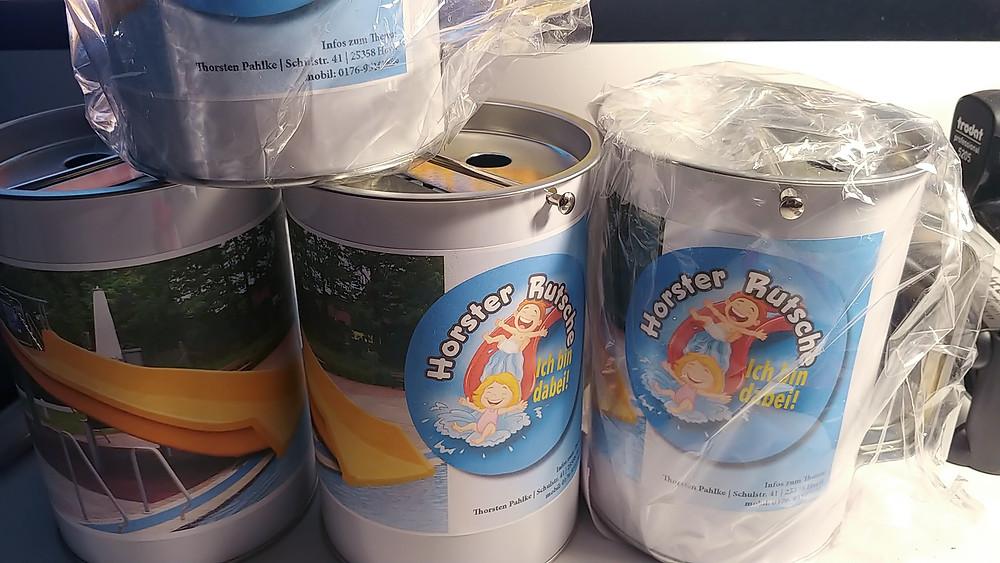 Horster Rutsche, Spendendosen für die Aktion der Horster Wasserrutsche. Die Aktion vom Leuchtturm Zeitungsverlag