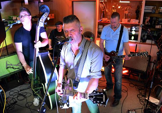 Rockband spielt Musik im Keller