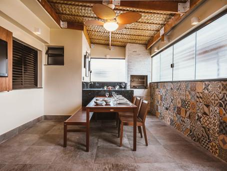 Um terraço rústico com churrasqueira e acabamentos perfeitos