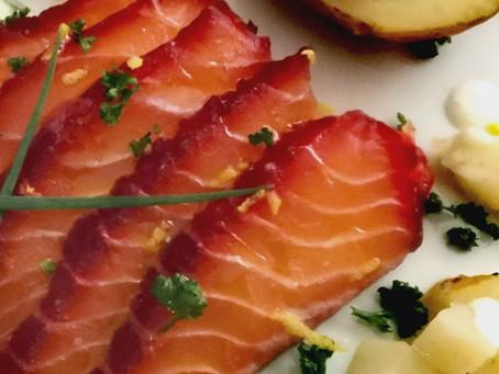 Gravlax de saumon à la betterave, pommes de terre et céleri rave au four