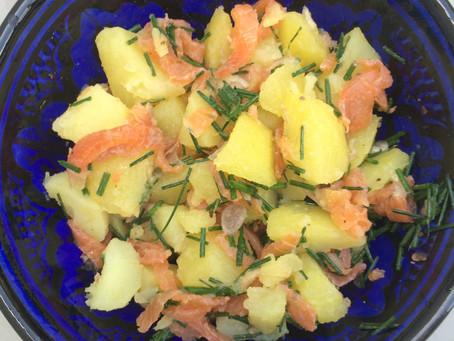 Salade de pommes de terre, truite fumée et ciboulette