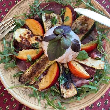 Assiette courgette grillée, pêche, coppa et burrata