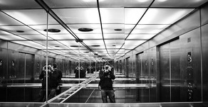 ¿Sabés por qué los ascensores tienen espejos?