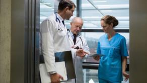 ¿Cómo deben ser los ascensores en los hospitales?