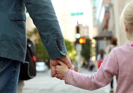 Deve risarcire il danno il genitore che non versi al figlio l'assegno di mantenimento!