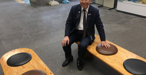 兵庫県知事 井戸敏三氏に早速触れていただきました。兵庫県庁1号館 1階ロビーの座面 鹿革への張替を行わせていただきました。ひょうごジビエの日 感謝イベント 兵庫県庁 1号館 芝生広場にて開催。