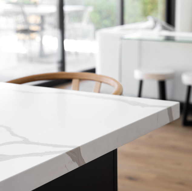 25-minimal kitchen design-white quartz-b