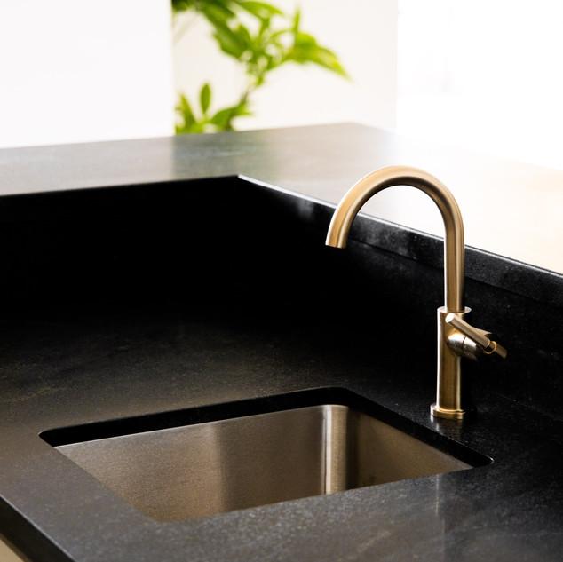 37-modern bar-black quartz counter-brass