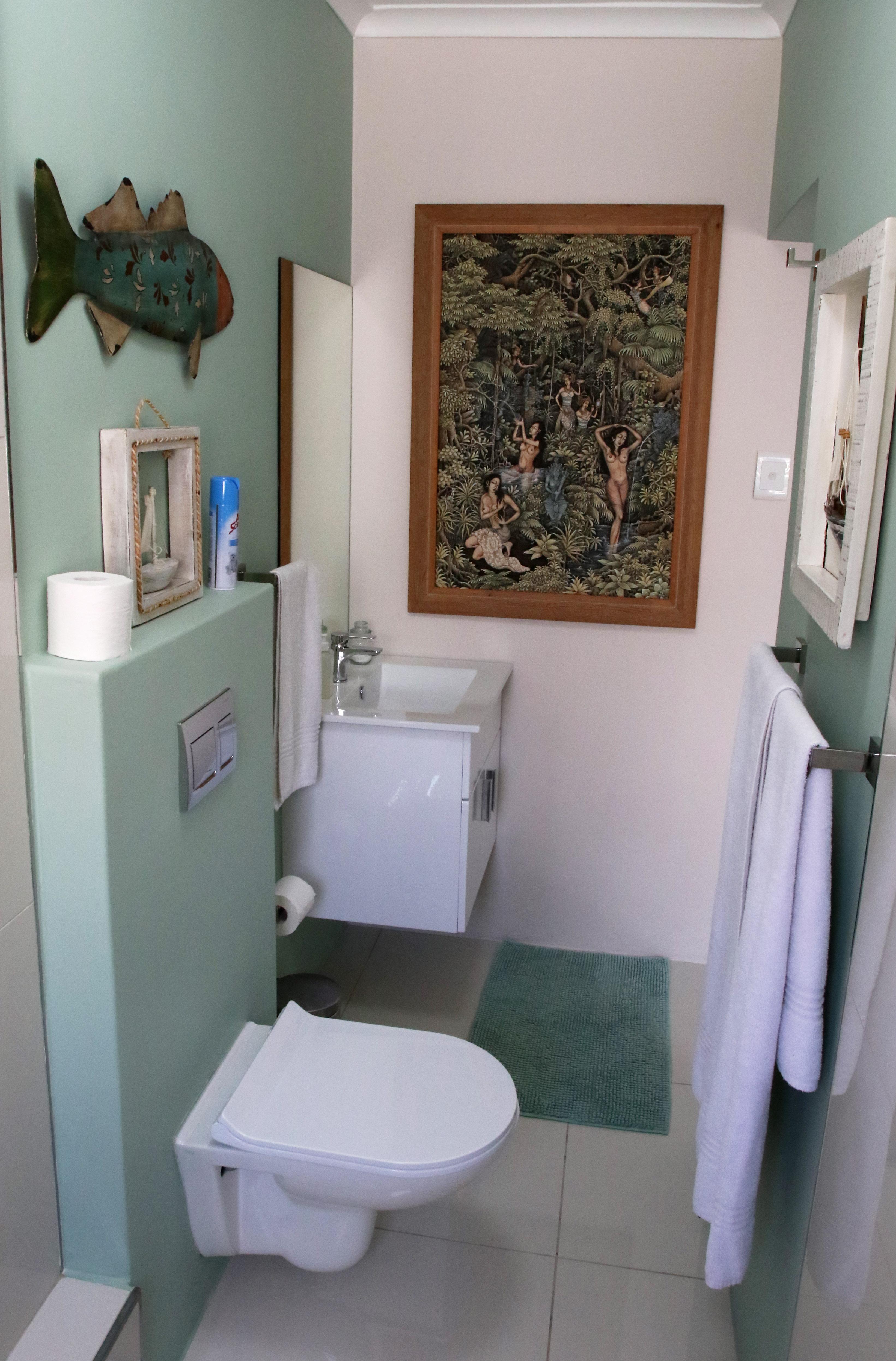 Room 10, Bathroom