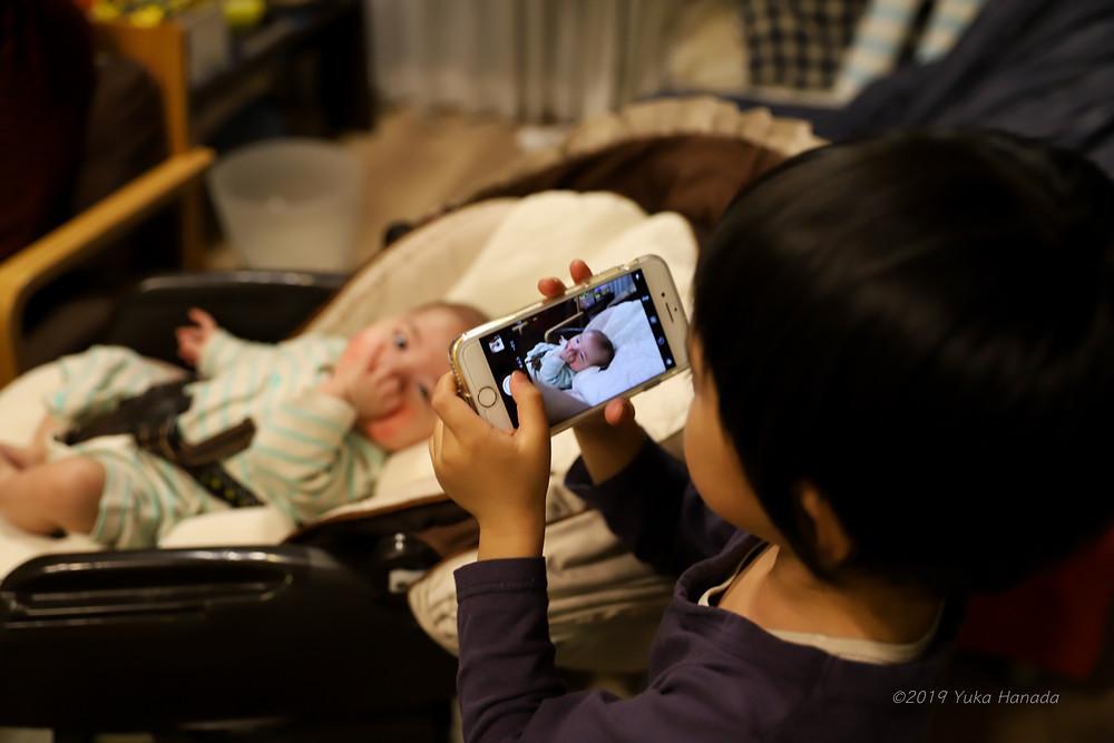 弟を撮る兄4歳。スマホカメラの使い方はお手のもの。