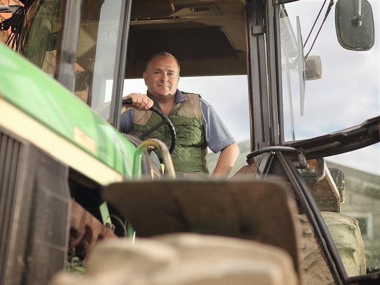 Landwirt auf Schlepper.jpg