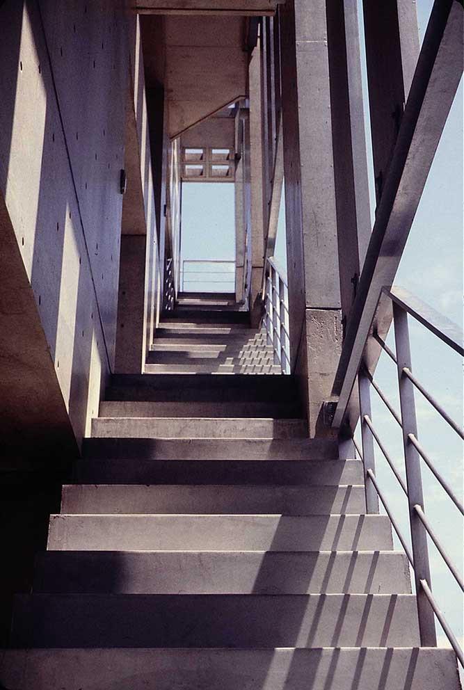 外部階段見上げ.JPG