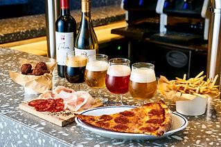 個性豊かなクラフトビール、 ニューヨークスタイルのスライスピザをご用意しております。
