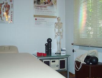 LiebscherundBracht Praxis Roggwil BE weise Liege, Skelett und Faszienrollen auf Beistelltisch