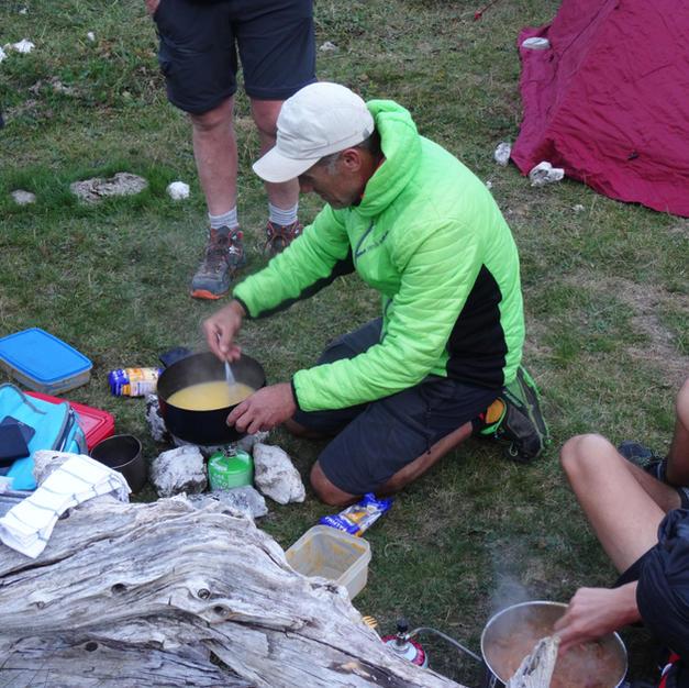 Vos guides et sherpa qui préparent le dîner