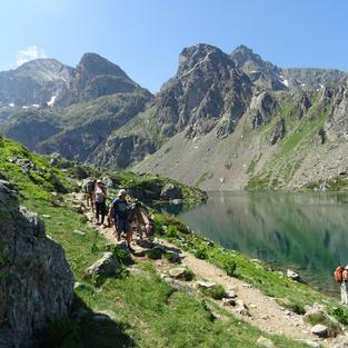 Une magnifique montée entre lacs et montagnes