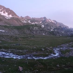 Beau coucher de soleil en pleine montagne