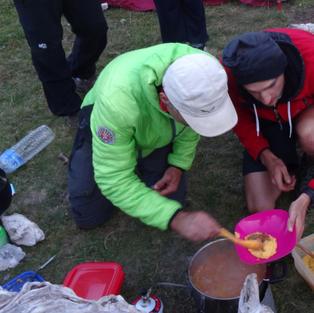 Vos guide et sherpa qui servent le dîner