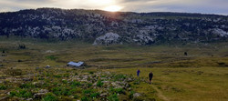 Marche en montagne au coucher du soleil