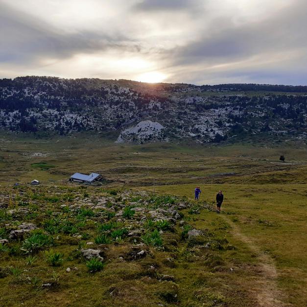 Balade en montagne au coucher du soleil