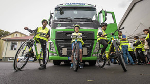 Ученици от гимназията по транспорт в Бургас участваха в демонстрация с камион за безопасно движение
