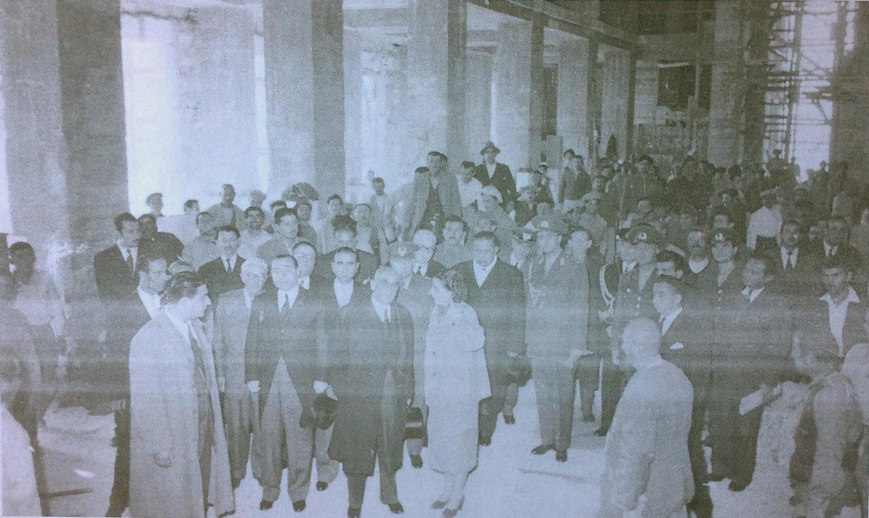 Rahmi Bediz, protokol heyeti ile birlikte Anıtkabir şantiyesini gezerken, tahminen 1950'lerin başı. Kaynak: Ahmet Sezen Özsayın Arşivi.