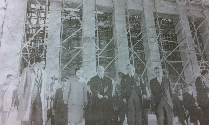 Rahmi Bediz (sol baştan ilk), Celal Bayar (ortada) ve Emin Onat (sağdan ikinci) ile birlikte, tahminen 1950'lerin başı. Kaynak: Ahmet Sezen Özsayın Arşivi.
