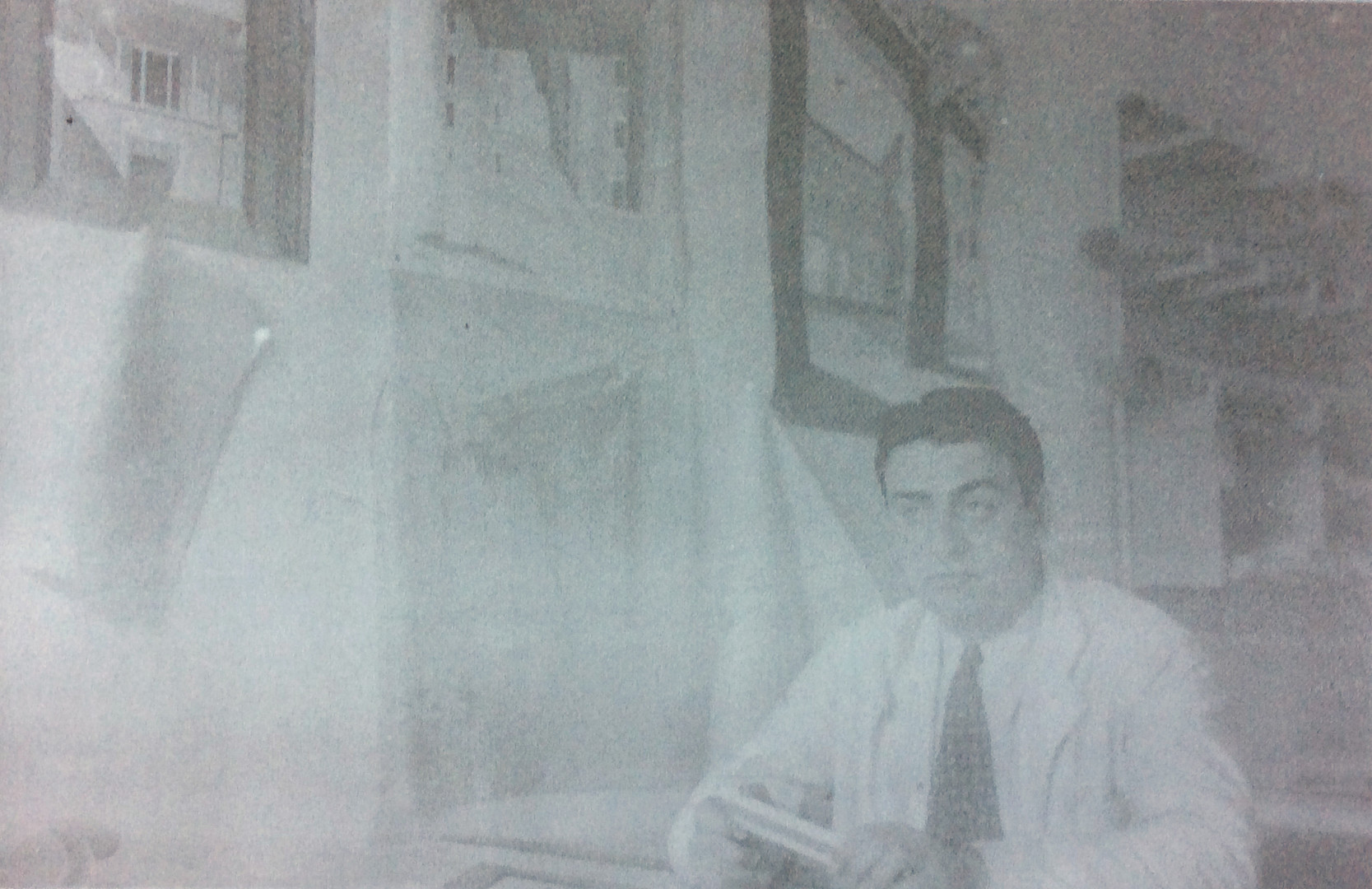 Rahmi Bediz tahminen Emin Onat'ın bürosunda, 1940'ların sonu. Kaynak: Ahmet Sezen Özsayın Arşivi.