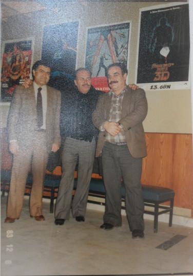 Ayhan Nergiz ve Nejat Tekelioğlu, 1983, Nergiz Sineması fuayesi. Ayhan Nergiz arşivi.