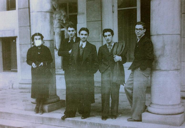 Rahmi Bediz (soldan ikinci) ve Demirtaş Kamçıl (sağdan ilk) Güzel Sanatlar Akademisi önünde, tahminen 1930'ların sonu. Kaynak: Ahmet Sezen Özsayın Arşivi.
