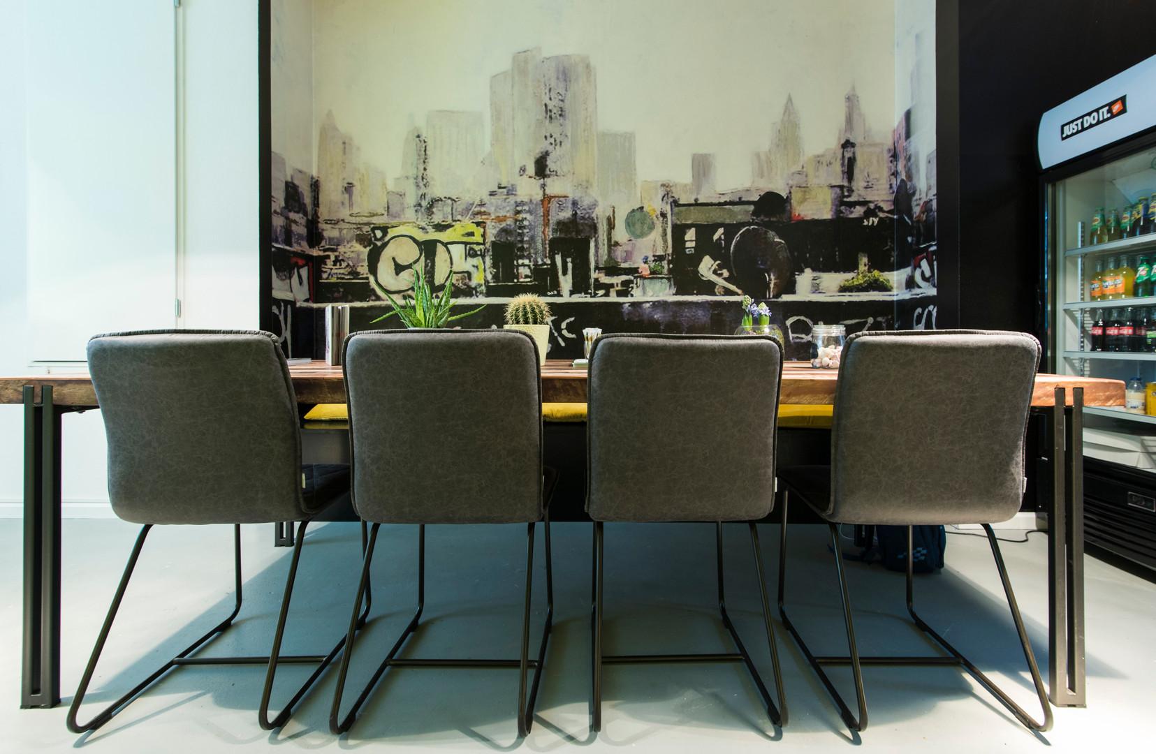 sneakerbar tafel stoelen en street art m