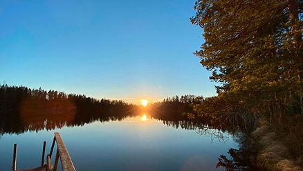 Kokemusten yö Tentsilessä järvenrannassa