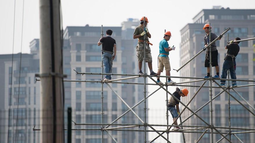 Le travail en hauteur est l'une des principales causes de décès et de blessures graves dans le secteur du bâtiment, ici photo prise sur un chantier en Chine, qui fais partie des mauvais élèves dans le monde
